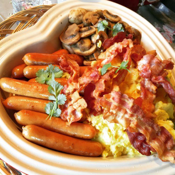 Scramble eggs, brunchpølser og sprødtstegt bacon