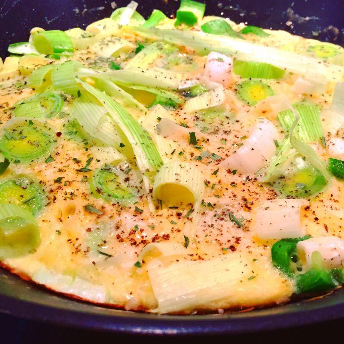 Omelet med fløde og friske porre
