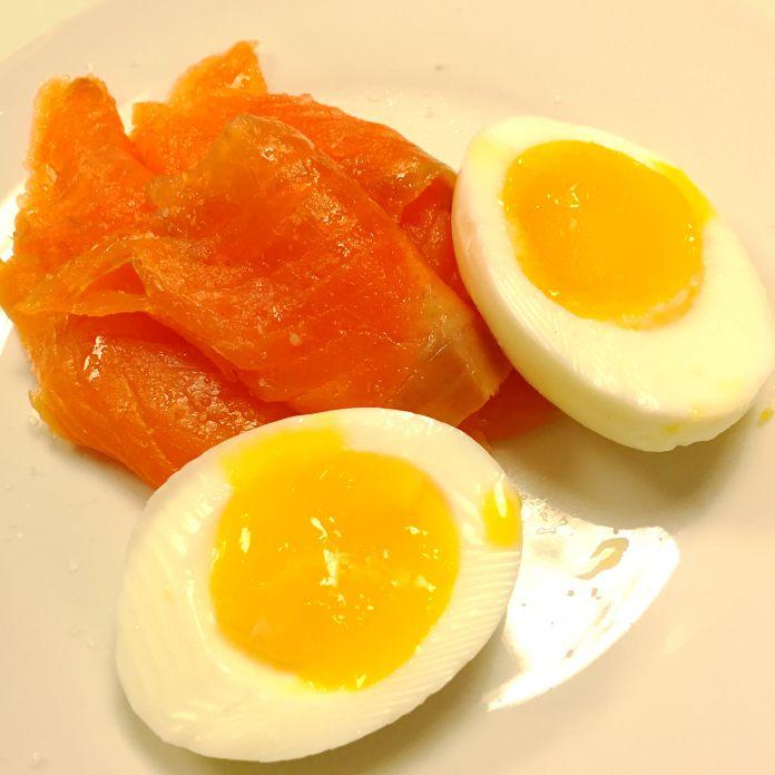 Røget laks og smilende æg