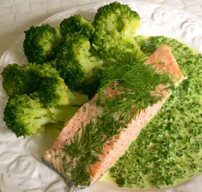 Dild-dampet laks med flødestuvet spinat og aldente broccoli