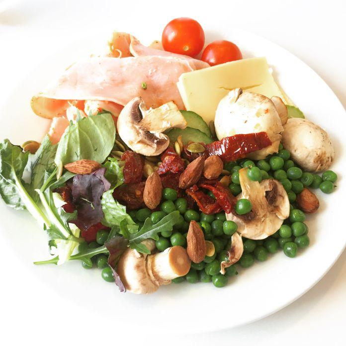 Salatplatte med champignons, mandler, skinke og ost
