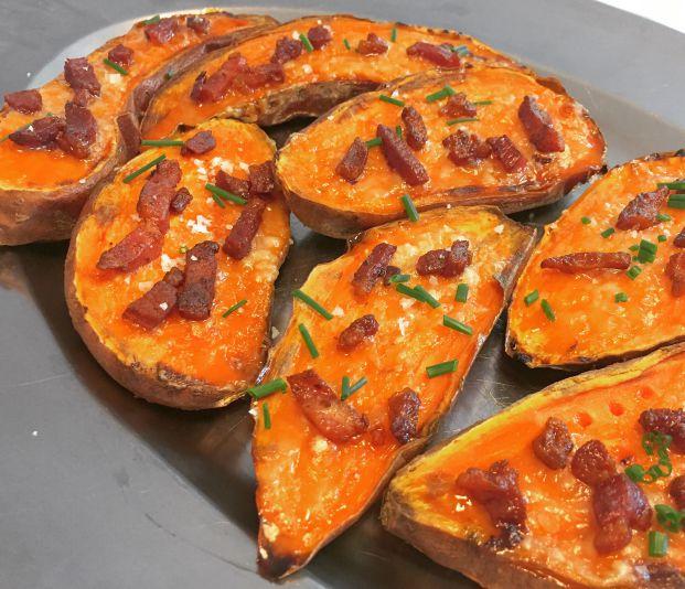 Halve bagte søde kartofler med revet ost, bacon og frisk purløg