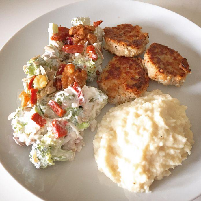 Smørstegte frikadeller med sprød broccolisalat og blomkålsmos