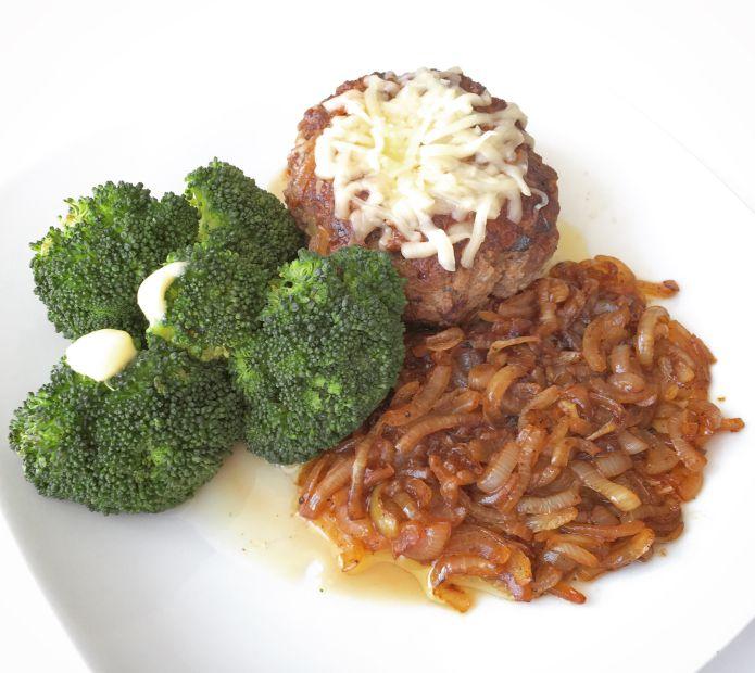 Maxi hakkebøf med goudaost, bløde løg og dampet broccoli med smør