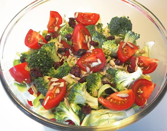 Sprød RAW-salat med broccoli, spidskål, tomat, solsikkekerner og tranebær
