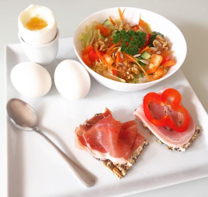 Frokostplatte - Blødkogte æg, knækbrødshapsere og en sprød salat