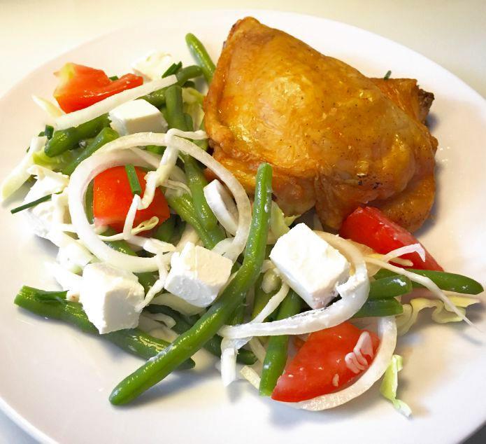 Sprødstegt kyllinge-overlår og bønne-tomatsalat med feta