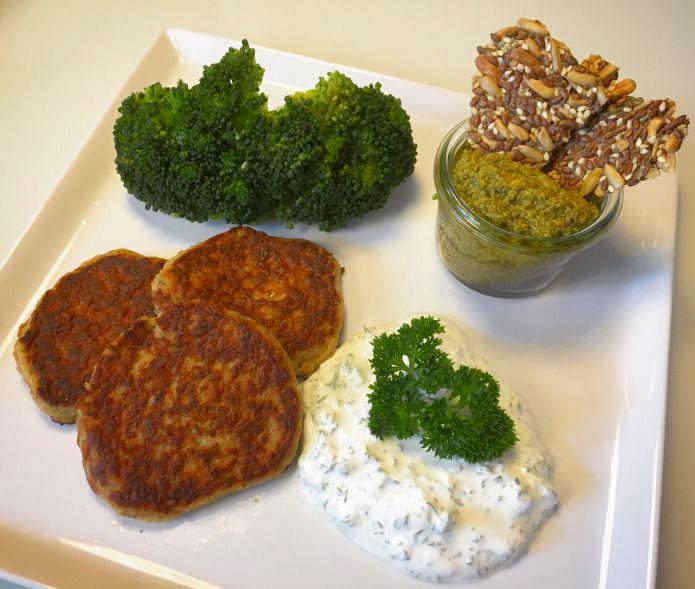Lækre tunfrikadeller med persille-lime creme, broccoli, pesto og knækbrød
