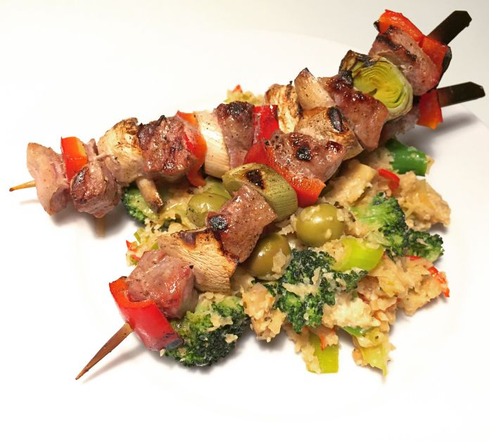 Saftige grillspyd med spicy thai chili-sauteret blomkålsris og andet grønt
