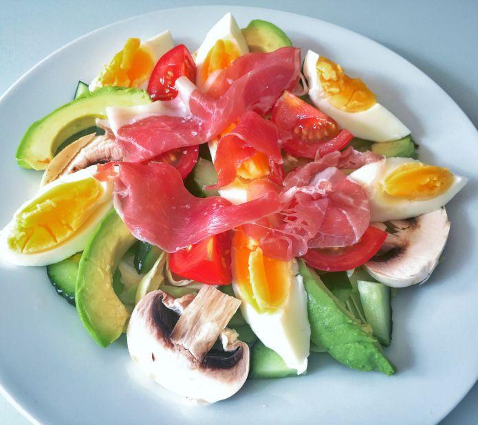 Smagfuld avocadosalat med smilende æg og serranoskinke