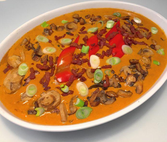 Nakkekoteletter i paprikaflødesovs med bacon og champignon » Low-Carb