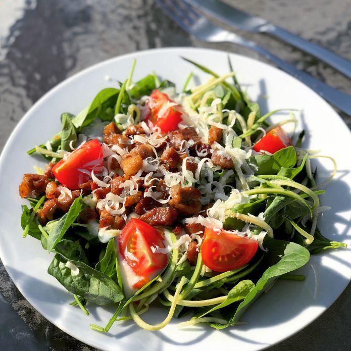 Grøntsags-carbonara med fritteret gris, cremet ostesovs og parmesanost »