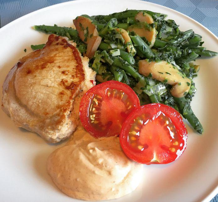 Flødeost fyldte koteletter med lun bønne-spinat salat og chili-mayonnaise