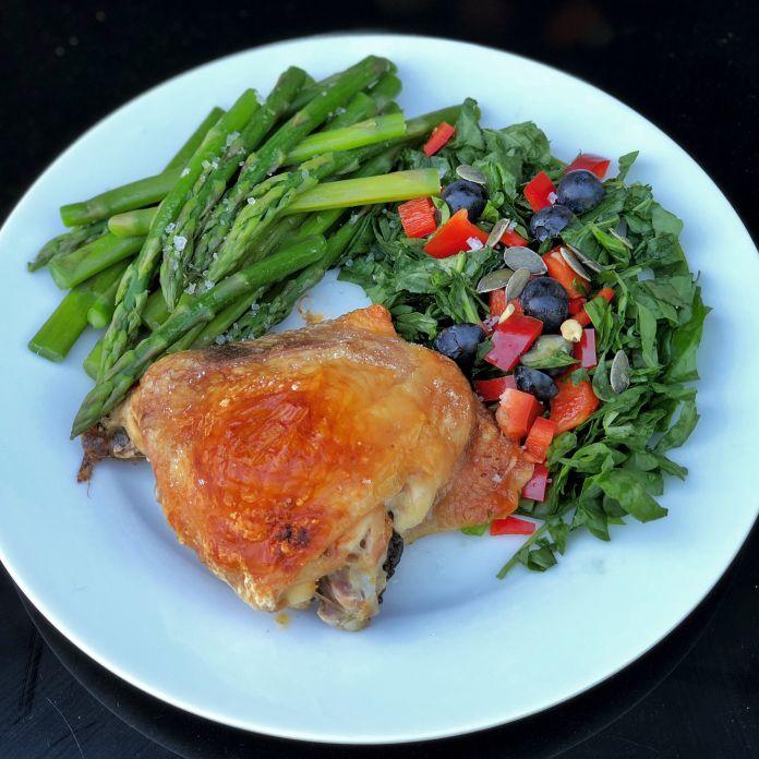 Sprød kylling med friske asparges og sprød blandet sommersalat