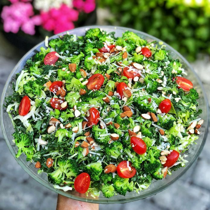 Broccoli-spidskålsalat med grønkål, tomater, mandler og parmesanost