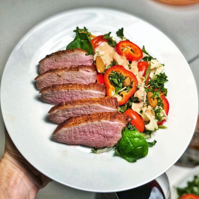 Rosastegt andebryst med sprød blandet salat og tomat-paprika dressing
