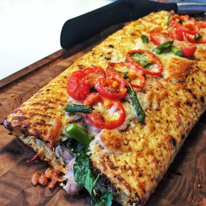 Smagfuld blomkåls-calzone med skinke, ost, tomatsovs, spinat & asparges