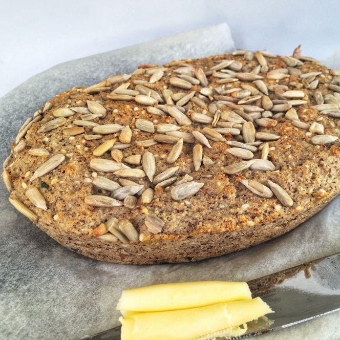 Proteinrigt Low-Carb fiberbrød med solsikkekerner - Glutenfri favoritopskrift