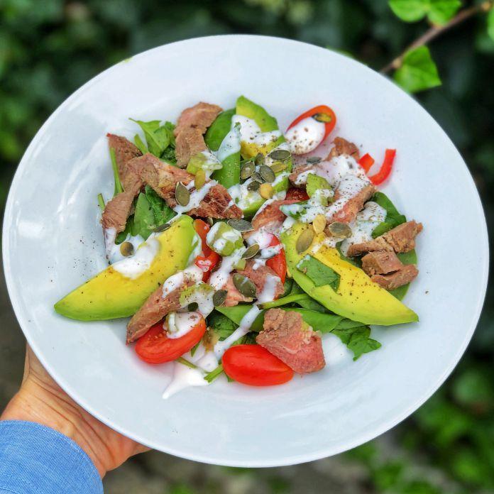 Spinatsalat med avocado, tomat, urtedressing og rosastegt svinemørbrad