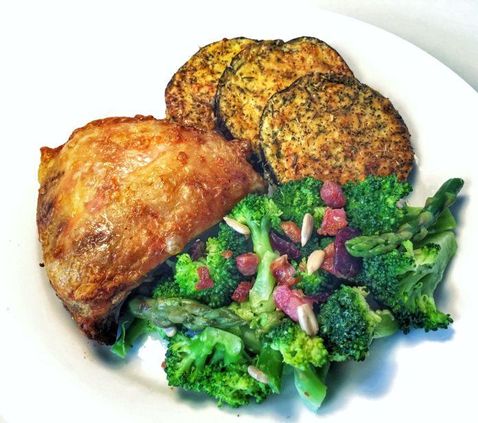 Sprødstegt kylling med ostegratineret aubergine og broccoli-aspargessalat