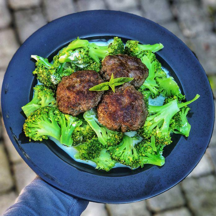 Saftige hakkebøffer på bund af dampet broccoli med flødeost og havsalt