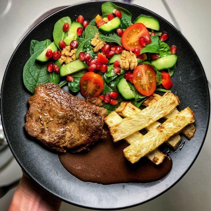 Saftig oksebøf med ovnbagte knoldfritter, sprød spinatsalat og pandesovs