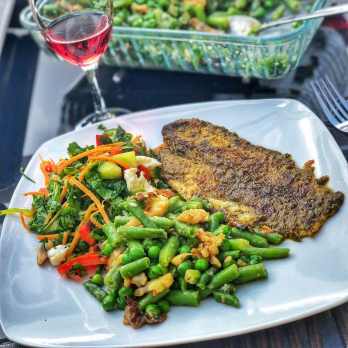 Pesto-paneret fisk med lun ærte-bønnesalat og kold spinatsalat » Let livret