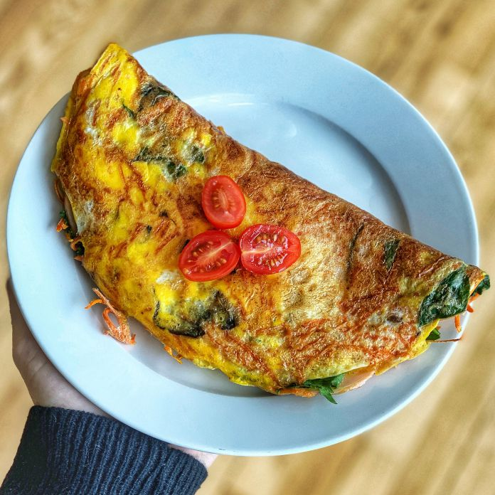 Klassisk omelet med skinke, spinat, tomat, gulerod og løg | Nem livret »