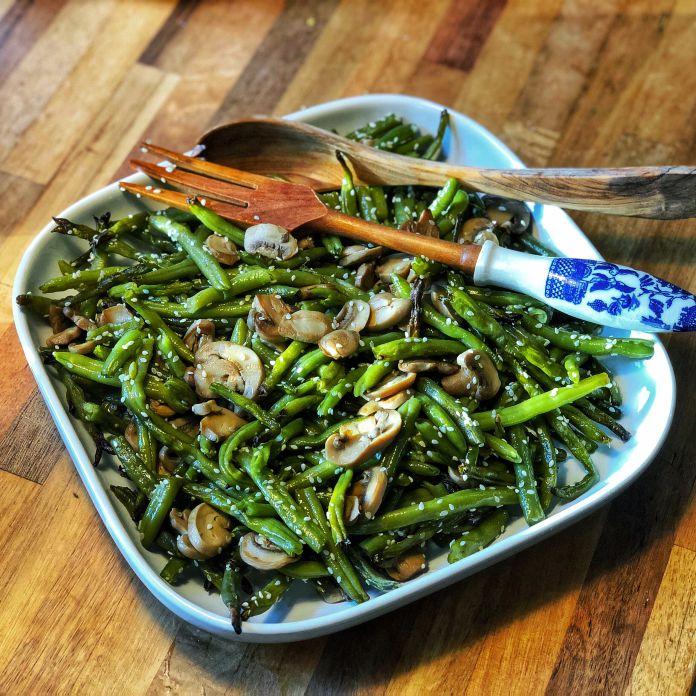 Lun smørsauteret bønnesalat med champignoner og sesamfrø