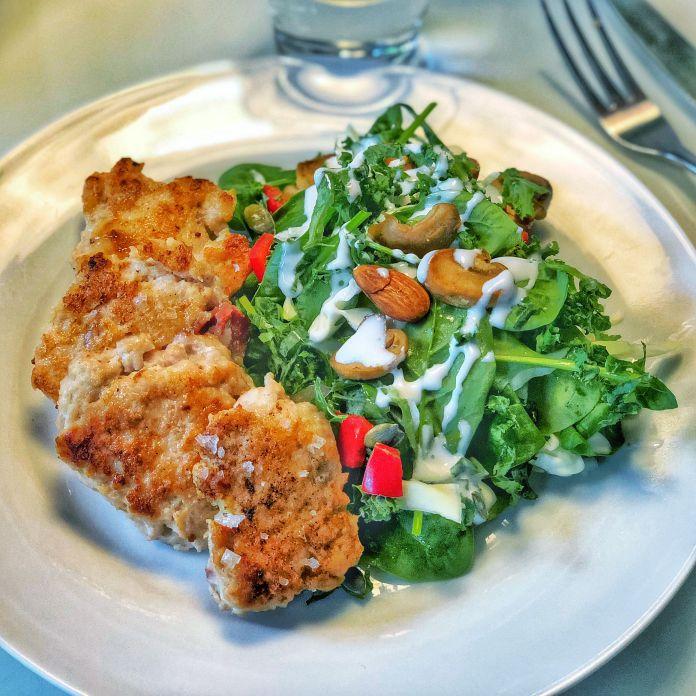 Saftige kyllingefrikadeller med grøn spinatsalat og hjemmerørt urtedressing