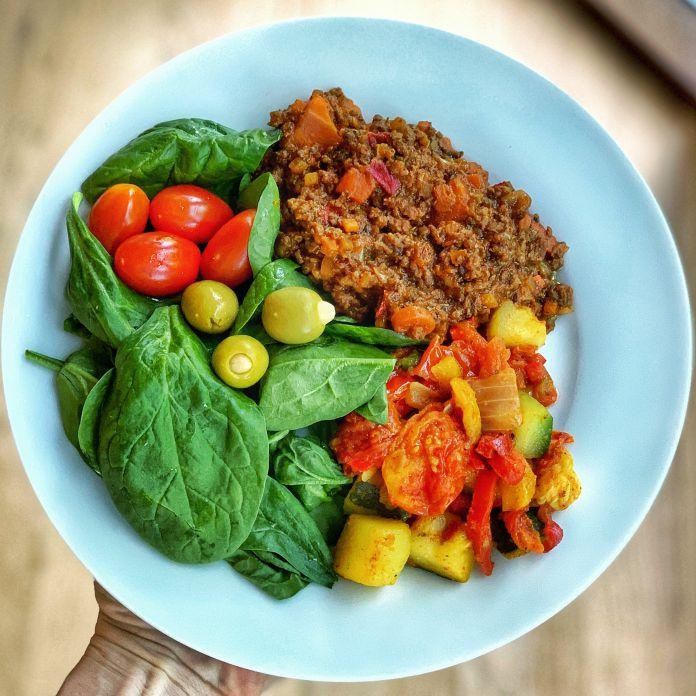 Lækker bolognese med ratatouille, spinat, tomater og mandelfyldte oliven