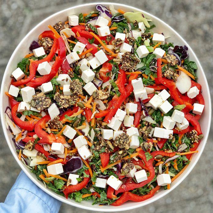 Farverig blandet salat med fetaost og knasende knækbrødscrunch