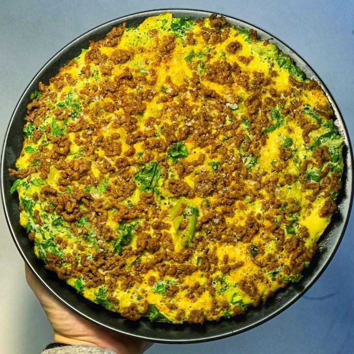 Oksekødsfyldt omelet med friske spinatblade og fintsnittet spidskål