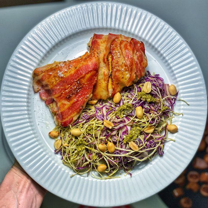 Kylling med pikantost og bacon, samt spidskålssalat med pesto og peanuts