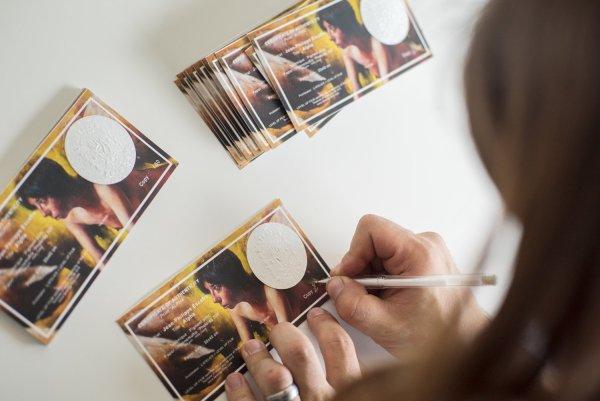 photo de jean-philippe escafre signant son certificat d'authenticité