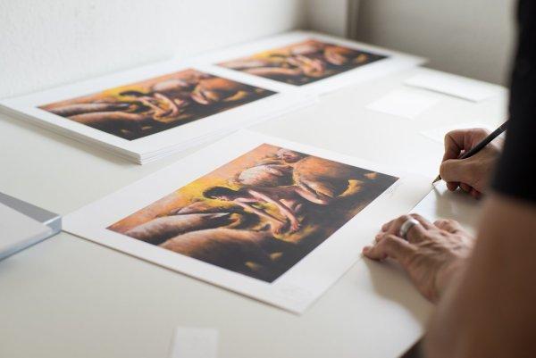 photographie de jean philippe escafre signant son print alpha