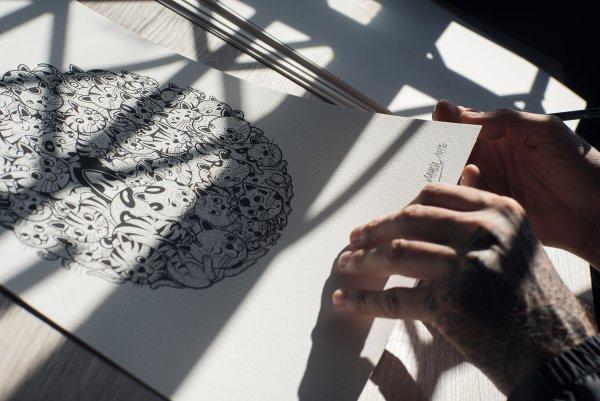photo de mahell signant son print même pas purr