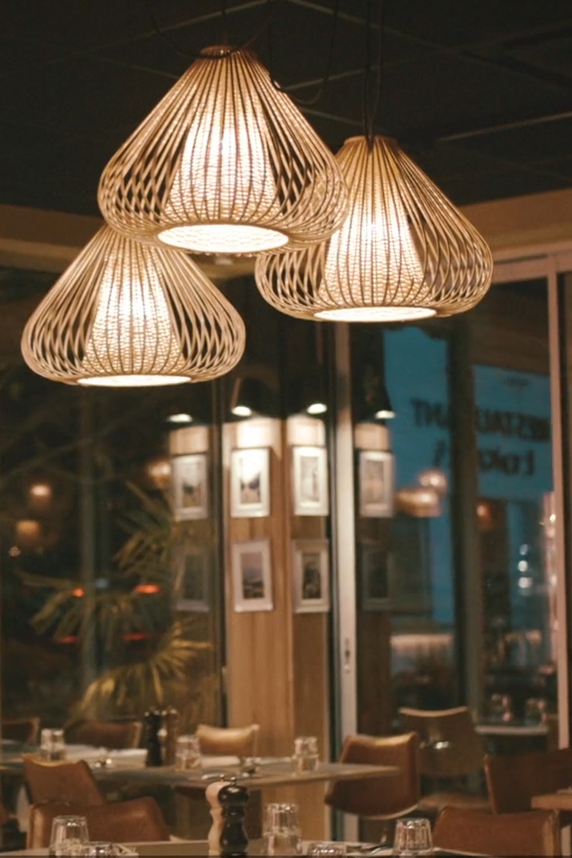 photo d'un intérieur de restaurant chaleureux la côte et l'arête