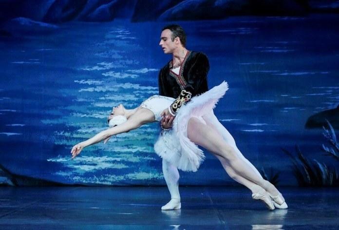 Maria Poliudova și Vladimir Statnii, în Lacul Lebedelor, Opera Națională din Odessa.