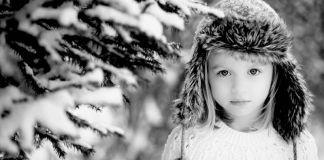Fetita iarna in zapada