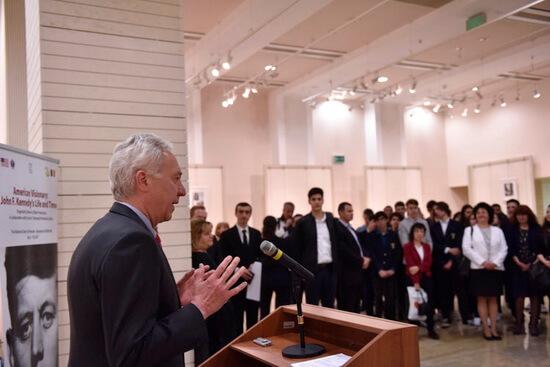 Ambasadorul Hans Klemm la inaugurarea expoziţiei Un vizionar american Viaţa şi vremurile lui John F. Kennedy Foto Lucian Crusoveanu Public Diplomacy Office