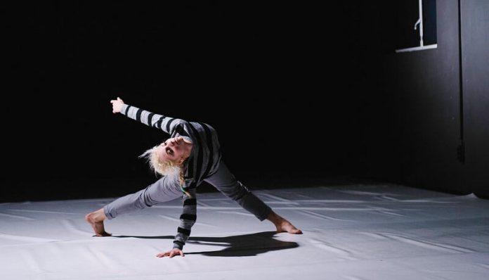 """Corina Tătărău în spectacolul """"M.E.L.T"""" Foto Claudiu Popescu"""