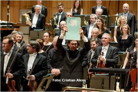 Dirijorul-Vladimir-Jurowski-ridicind-partitura-enesciana-pe-scena-Royal-Festival-Hall-din-Londra-Credit-foto-Cristian-Alexa11