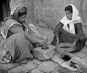 Femei din Palestina măcinând cafea la piua de piatră, 1905