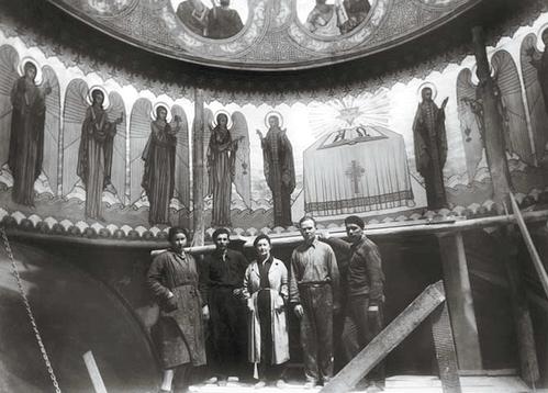 Nina Arbore împreună cu pictorii I. Filatief și Victor Ivanov pe șantierul Bisericii Sf. Împărați Constantin și Elena, Constanța, 1936. Fotografie din colecția Tudor Stavilă