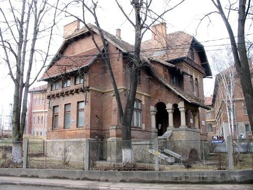 Vila din Roman în care a locuit Calistrat Hogaș între 1891–1899. Sursa Wikipedia