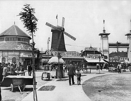 Vedere spre ieșirea din Tărgul Moșilor, cu Pavilionul Herdan