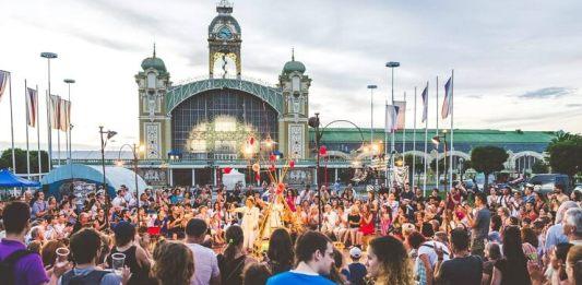 """Festivalul de teatru stradal """"Za dveřmi"""" """"După uşă"""