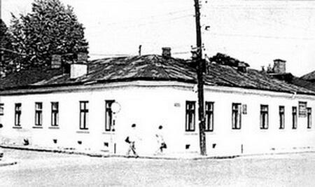 """Hanul Călugărului. Fotografie din albumul """"I. L. Caragiale şi Prahova"""" de Ieronim Tătaru, Ploiești, Editura Premier, 2000"""