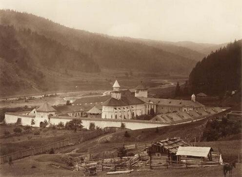 Mănastirea Putna, fotografie de Julius Dutkiewicz, 1880. Sursa: dragusanul.ro